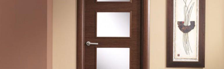 ¿Quién dijo que no se le pueden poner puertas al campo? Puertas de madera de interior que combinan con aires rústicos.